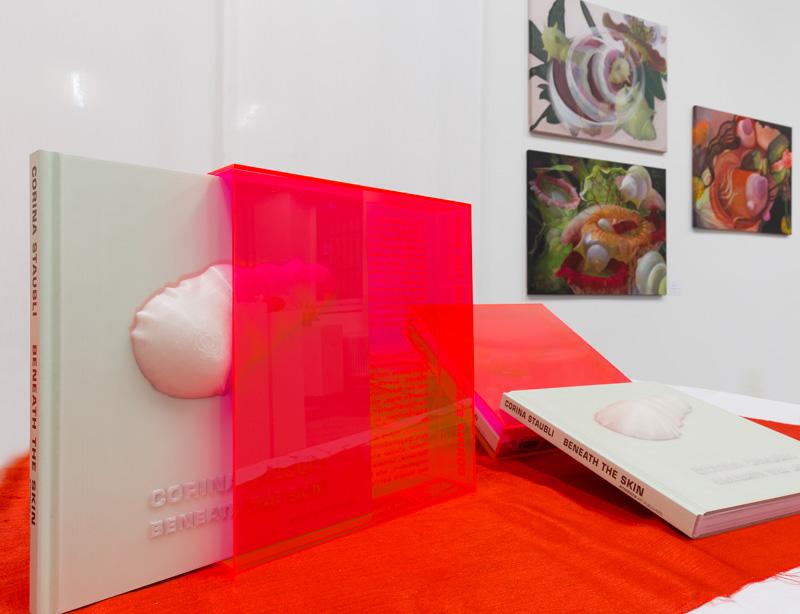 Kunstbuch Corina Staubli, Arnoldsche Art Publishers, 2017. Plexiglasschuber mit eingraviertem Text. Cover mit 3D-Print einer Skulptur